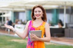 Chica joven que hojea la PC de moda de la tableta Foto de archivo libre de regalías