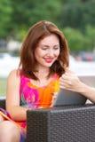 Chica joven que hojea la PC de moda de la tableta Fotos de archivo