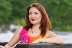 Chica joven que hojea la PC de moda de la tableta Imagenes de archivo