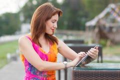 Chica joven que hojea la PC de moda de la tableta Imagen de archivo