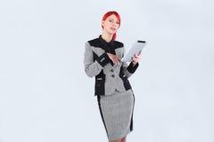 Chica joven que hojea la tableta de moda Imagenes de archivo