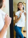 Chica joven que intenta en una camiseta Imágenes de archivo libres de regalías