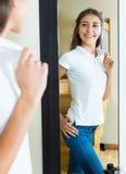 Chica joven que intenta en una camiseta Foto de archivo libre de regalías