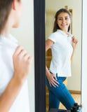 Chica joven que intenta en una camiseta Fotografía de archivo libre de regalías