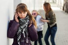 Chica joven que invita al teléfono celular Imagenes de archivo