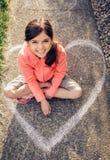 Chica joven que juega afuera Imágenes de archivo libres de regalías