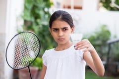 Chica joven que juega a bádminton Imagen de archivo libre de regalías