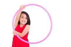 Chica joven que juega con el aro del hula aislado encima Fotografía de archivo