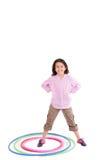 Chica joven que juega con el aro del hula aislado encima Foto de archivo