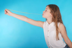 Chica joven que juega con el chicle Fotografía de archivo libre de regalías