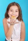 Chica joven que juega con el chicle Imágenes de archivo libres de regalías