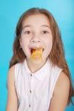 Chica joven que juega con el chicle Imagen de archivo