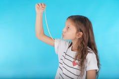 Chica joven que juega con el chicle Imagenes de archivo