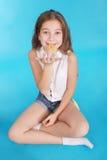 Chica joven que juega con el chicle Fotos de archivo libres de regalías