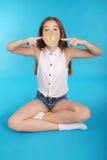 Chica joven que juega con el chicle Fotografía de archivo