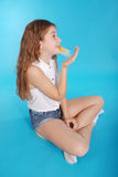 Chica joven que juega con el chicle Fotos de archivo