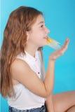 Chica joven que juega con el chicle Imagen de archivo libre de regalías