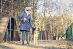 Chica joven que juega con el perro fotos de archivo libres de regalías