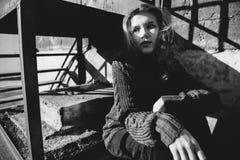 Chica joven que juega con la luz en la calle Imagen de archivo libre de regalías