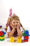 Chica joven que juega con los bloques Fotos de archivo