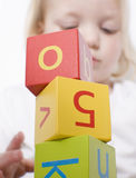 Chica joven que juega con los bloques fotografía de archivo libre de regalías