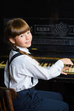 Chica joven que juega el piano interior Imagen de archivo libre de regalías