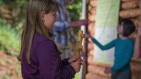 Chica joven que juega en el instrumento de madera