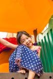 Chica joven que juega en el patio/la chica joven feliz que juegan en P Fotos de archivo
