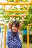 Chica joven que juega en el patio/la chica joven feliz que juegan en patio Imagenes de archivo