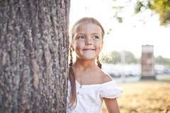 Chica joven que juega en un parque Foto de archivo libre de regalías