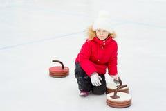 Chica joven que juega encresparse Imagen de archivo libre de regalías
