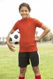 Chica joven que juega a fútbol Imagen de archivo