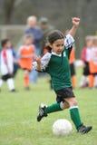 Chica joven que juega a fútbol Fotografía de archivo libre de regalías