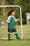 Chica joven que juega a fútbol Fotos de archivo