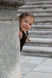 Chica joven que juega ojeada un abucheo imágenes de archivo libres de regalías