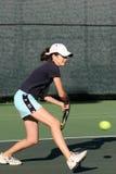 Chica joven que juega a tenis Imágenes de archivo libres de regalías