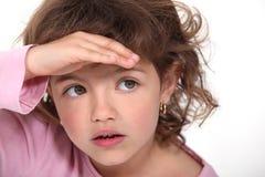 Chica joven que la blinda ojos imágenes de archivo libres de regalías