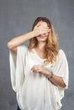 Chica joven que la cubre ojos Imagen de archivo libre de regalías