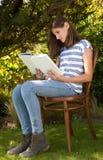 Chica joven que lee el libro fotos de archivo