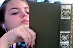 Chica joven que lee el libro viejo Fotos de archivo libres de regalías