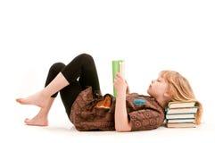 Chica joven que lee un libro Fotografía de archivo