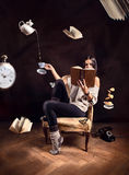 Chica joven que lee un libro fotografía de archivo libre de regalías