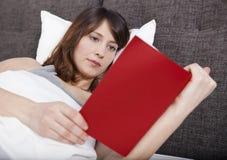 Chica joven que lee un libro Fotos de archivo libres de regalías