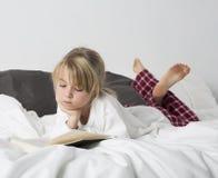 Chica joven que lee un libro Foto de archivo