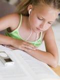 Chica joven que lee un libro Imagen de archivo libre de regalías