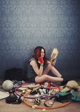 Chica joven que lee un libro Imagen de archivo