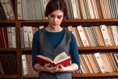 Chica joven que lee un libro Foto de archivo libre de regalías