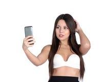 Chica joven que liga feliz que toma imágenes de sí misma Fotografía de archivo