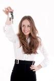 Chica joven que lleva a cabo clave del coche encendido Imagenes de archivo