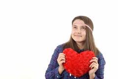 Chica joven que lleva a cabo un corazón rojo Imagen de archivo